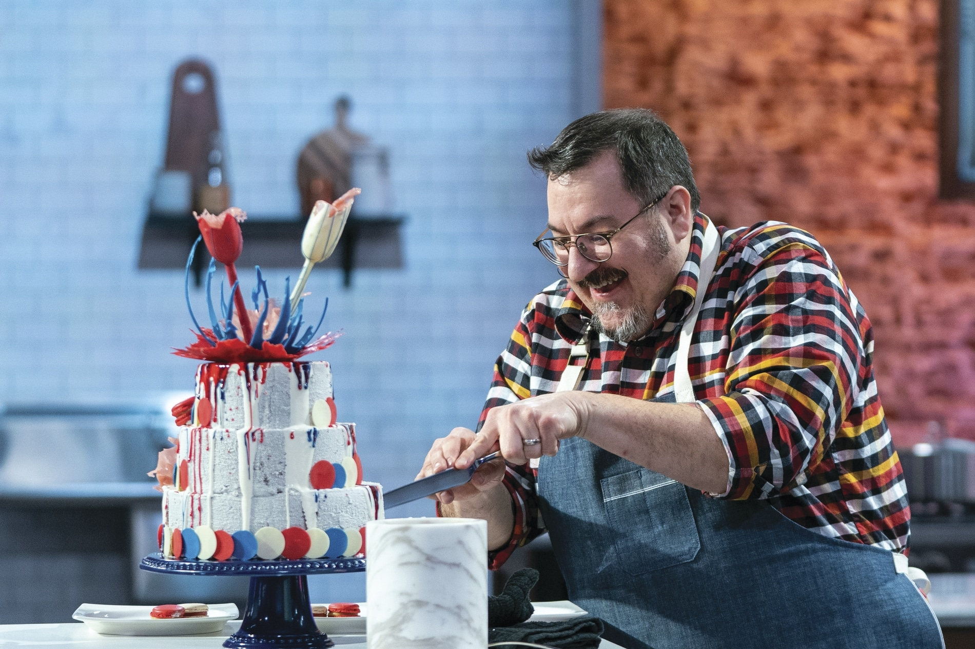 Eric_Keppler_presents_his_cake_during_the_judging_of_the_Master_Challeng.jpg